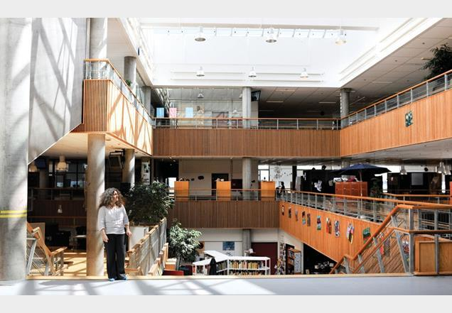 Michál Cohen stands at the centre of the school —a large roof-lit stairway atrium. Lots of different activities take place here, including teaching,  assemblies and socialising. Students and teachers change into indoor shoes once inside the school so they